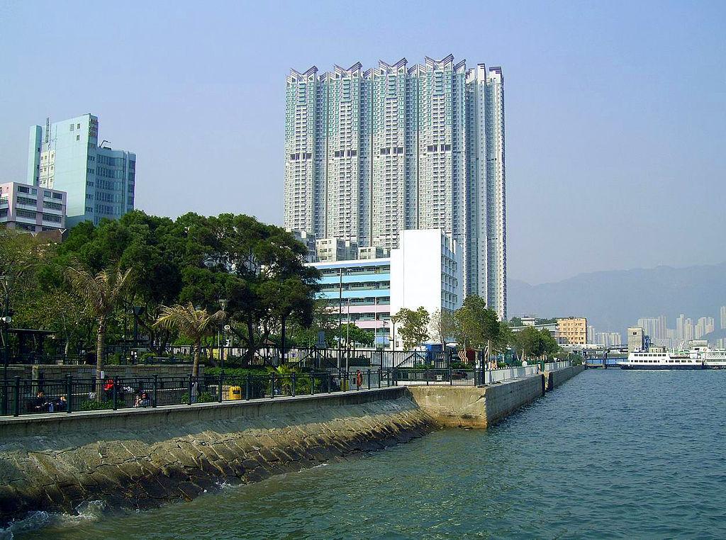 翔龍灣位置臨海 - Chong Fat作品 (維基百科)