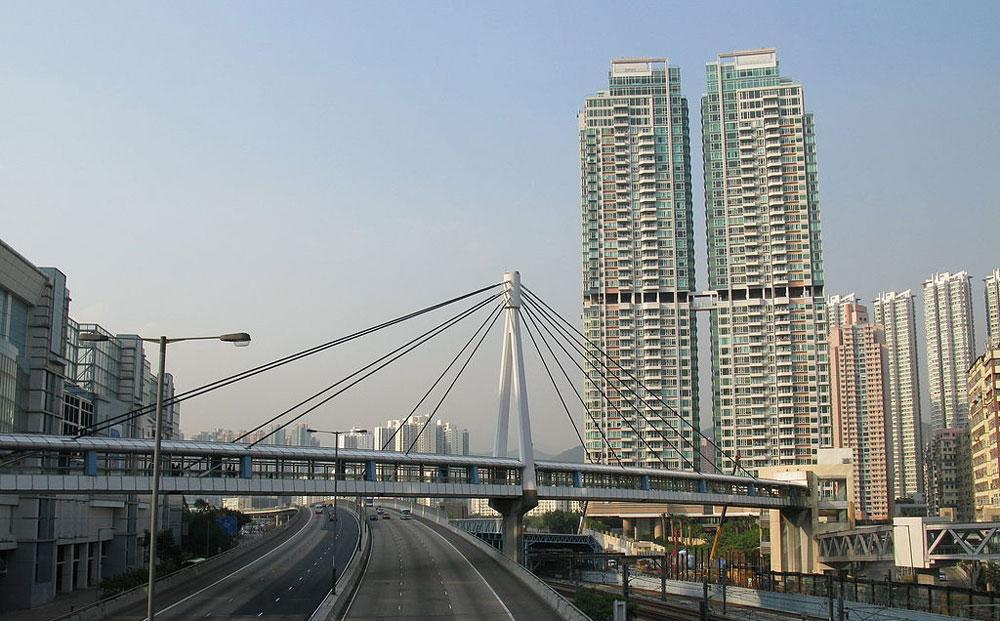 君滙港設有天橋接駁港鐵奧運站