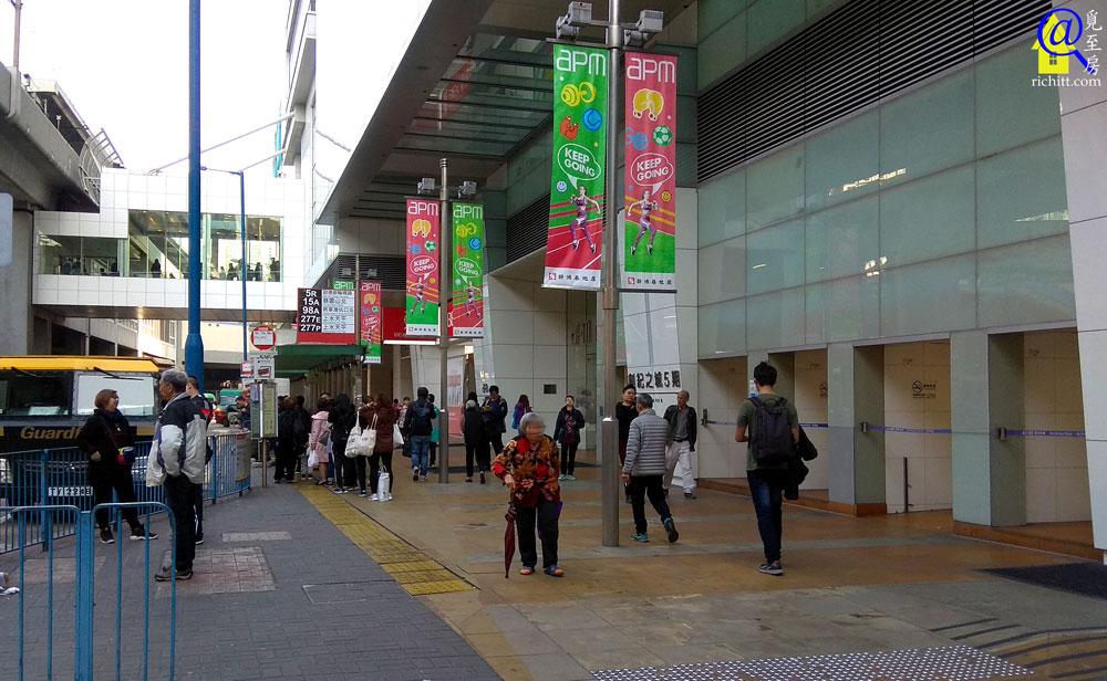 apm天橋直達港鐵站 入口前亦設有多個巴士站